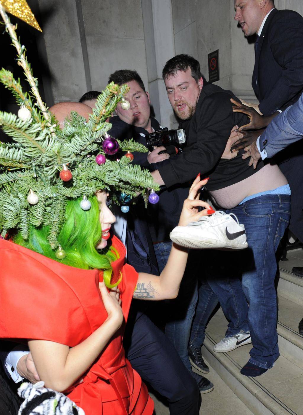 Lady Gaga si concia per le feste: ecco l'abito-albero di Natale06