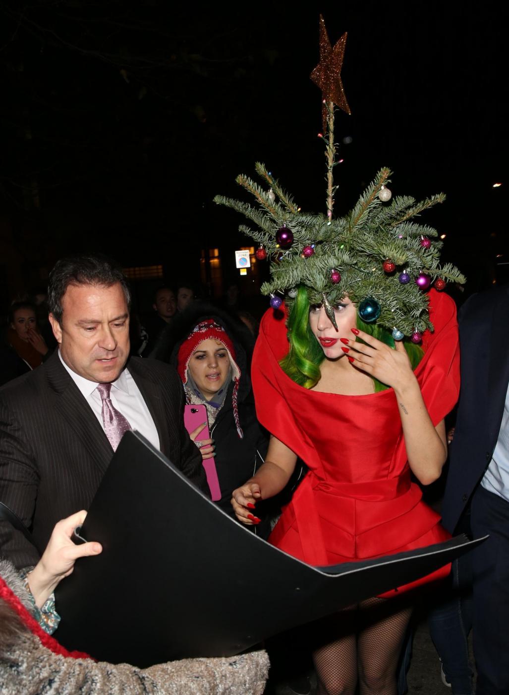Lady Gaga si concia per le feste: ecco l'abito-albero di Natale05