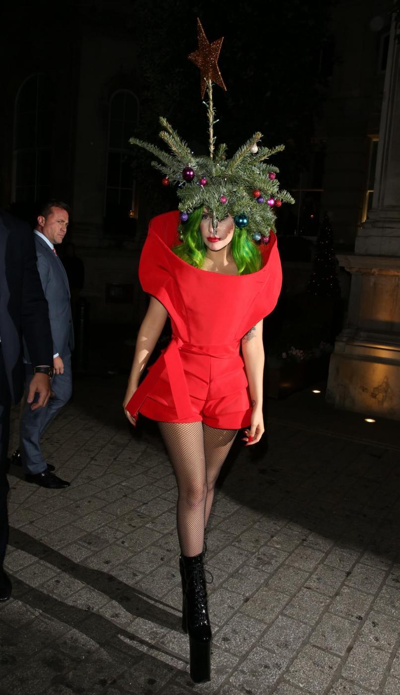 Lady Gaga si concia per le feste: ecco l'abito-albero di Natale04
