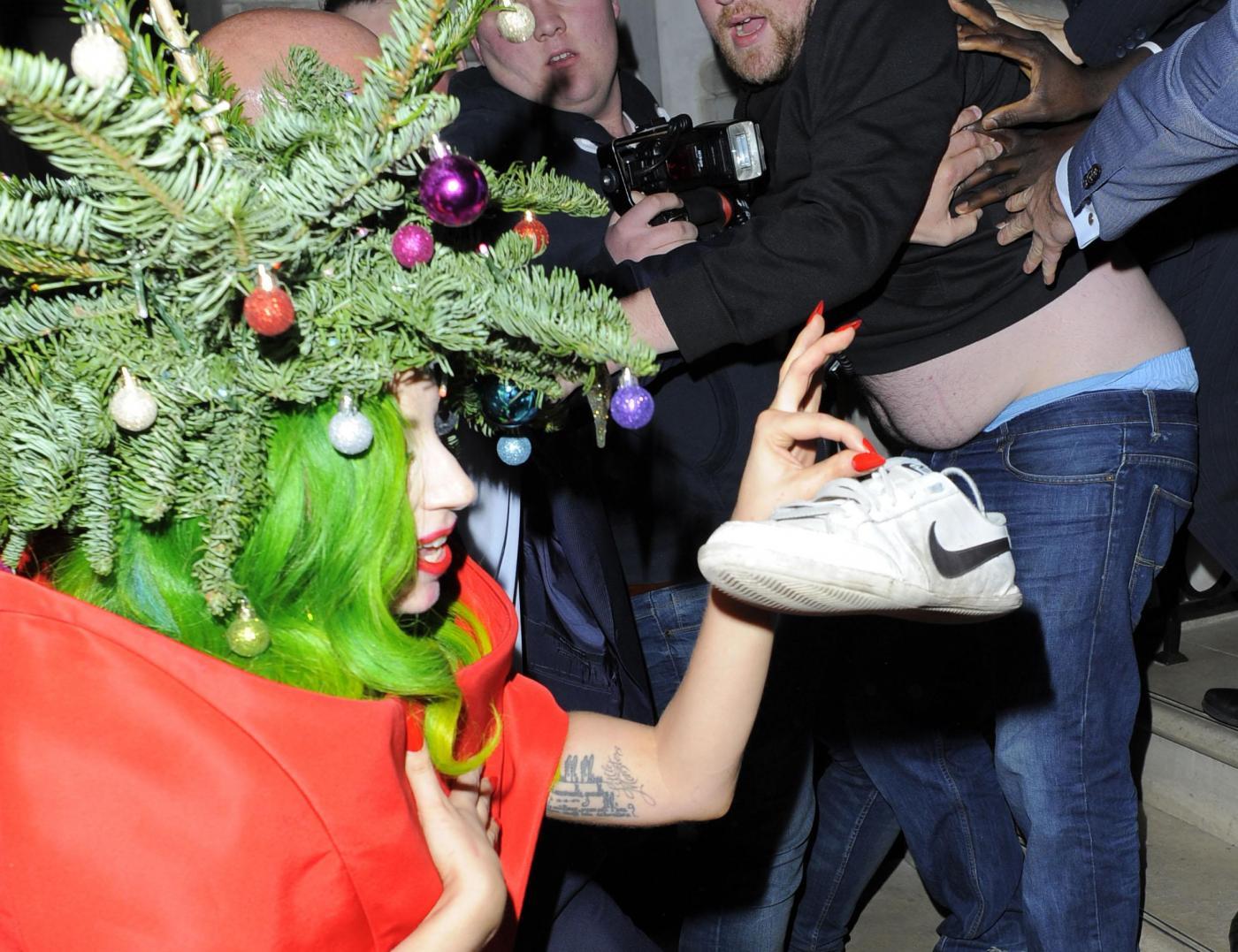 Lady Gaga si concia per le feste: ecco l'abito-albero di Natale03