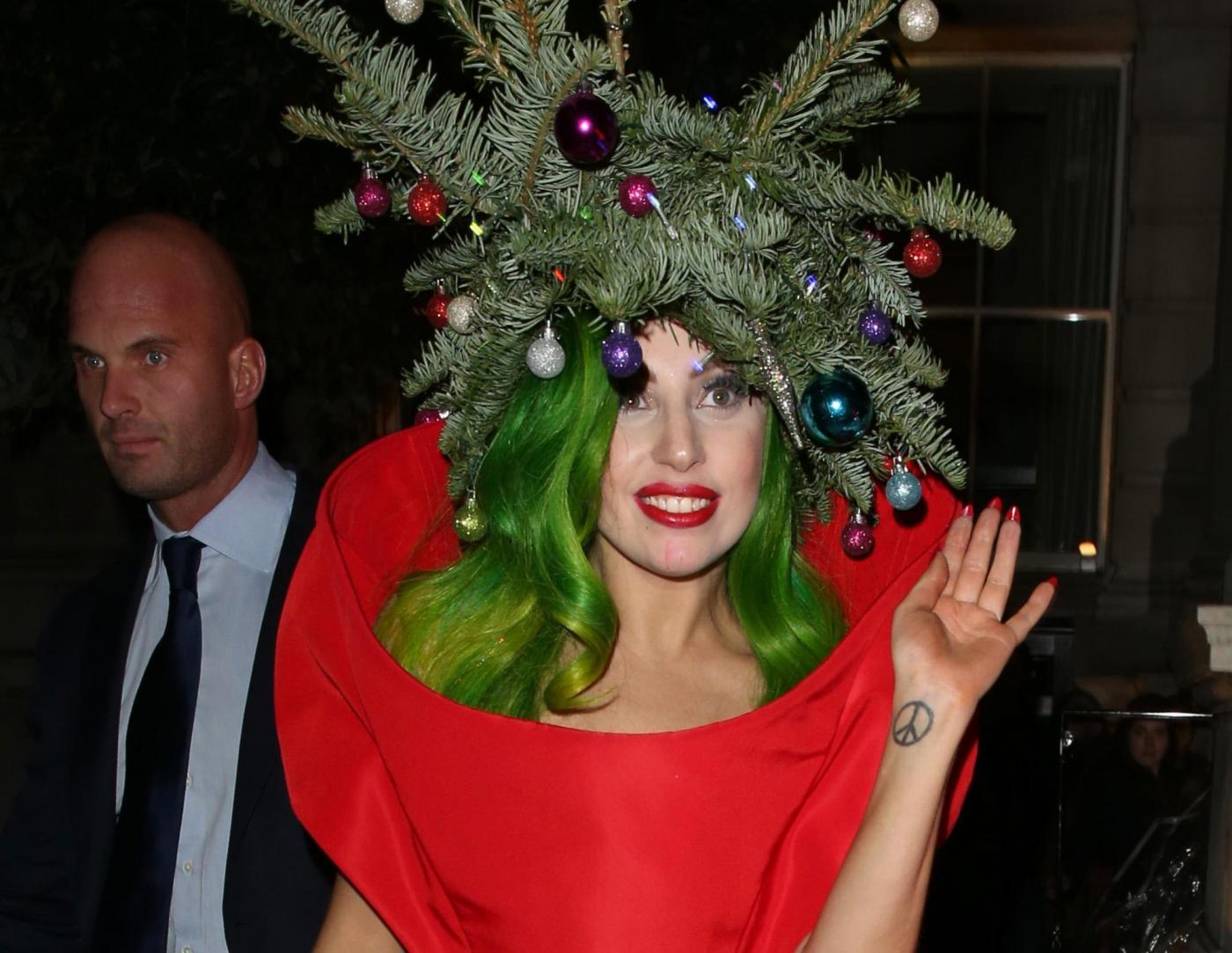 Lady Gaga si concia per le feste: ecco l'abito-albero di Natale02