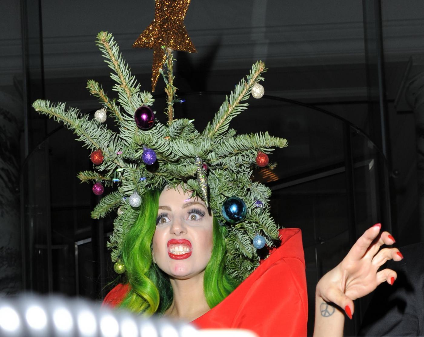 Lady Gaga si concia per le feste: ecco l'abito-albero di Natale01