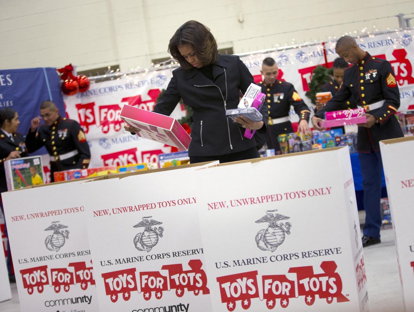 Michelle Obama dona giocattoli nella base dei marines03