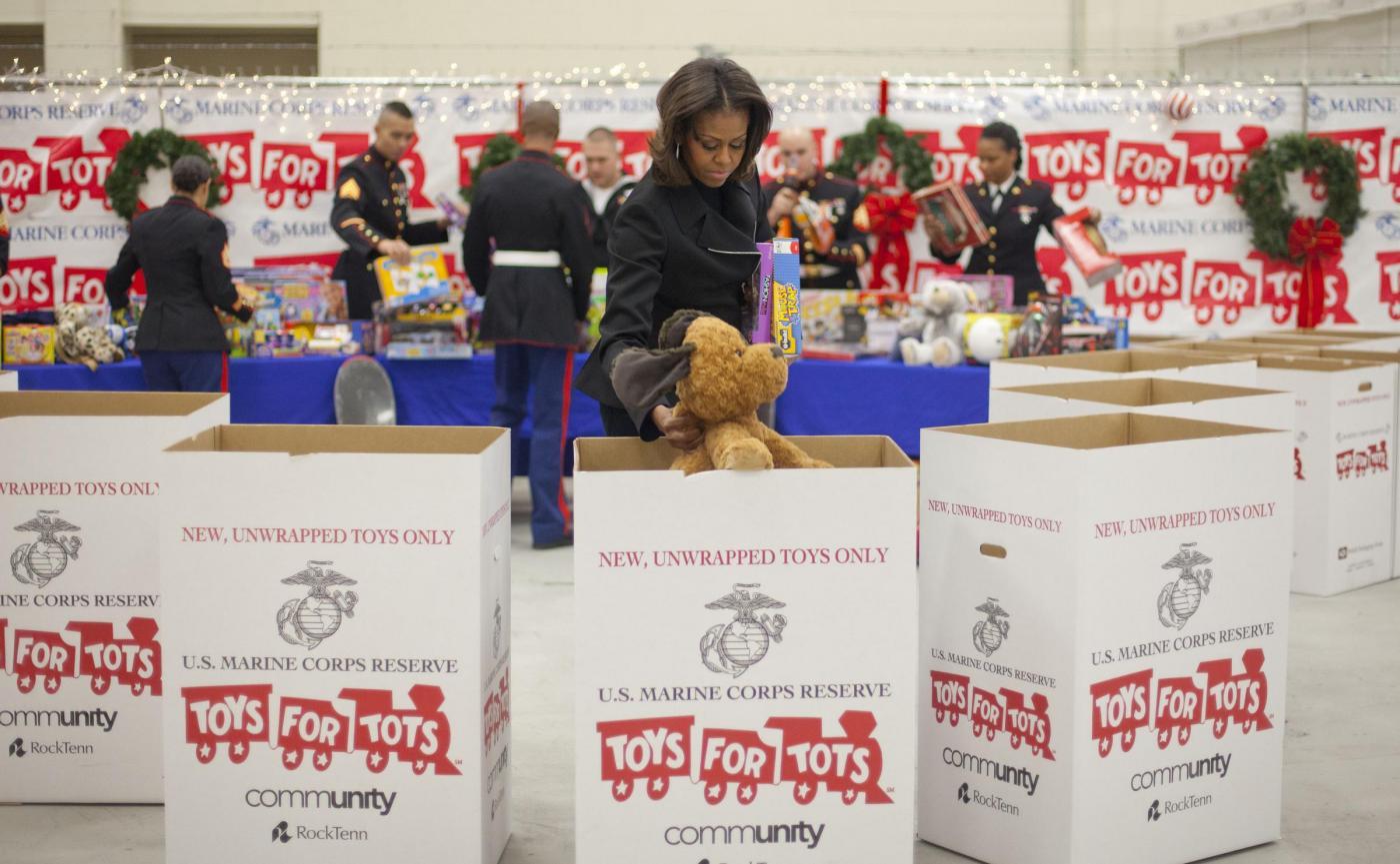 Michelle Obama dona giocattoli nella base dei marines02