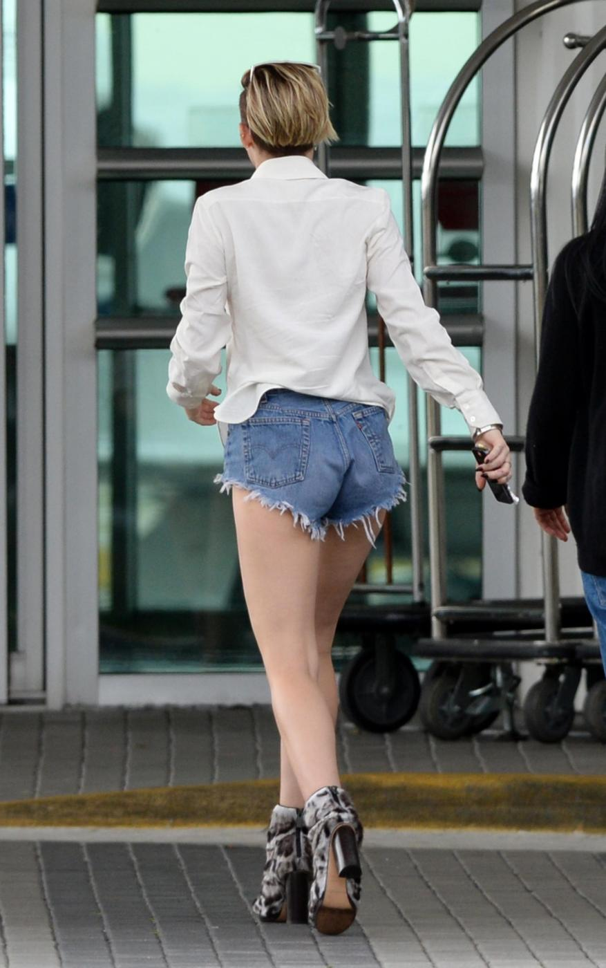 Miley Cyrus in mini shorts e camicia bianca a Miami guarda le foto01
