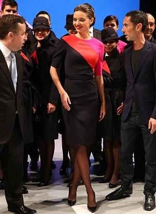Miranda Kerr hostess sexy nella nuova divisa della Qantas