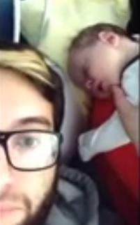 Padre fa cantare dubstep al figlio neonato che dorme