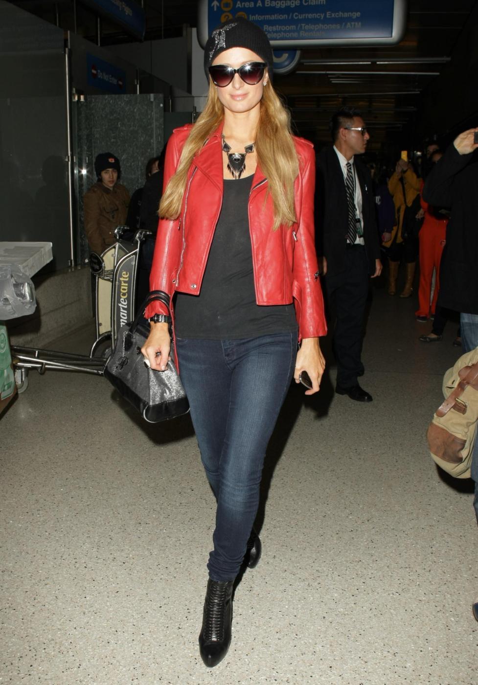 Paris Hilton in giacca di pelle rossa all'aeroporto05