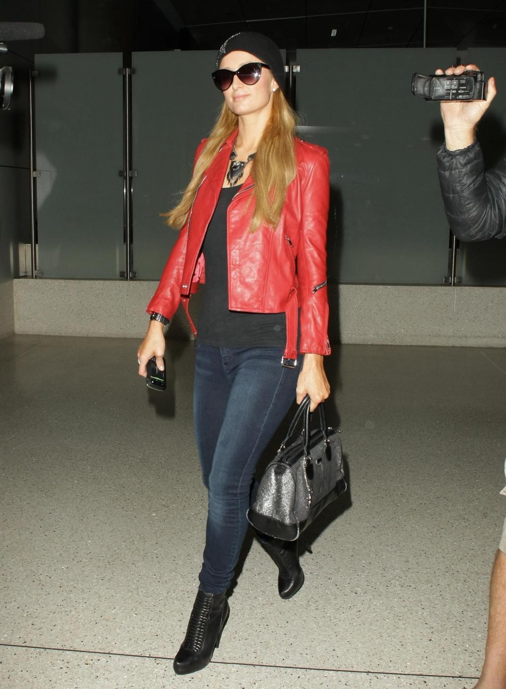 Paris Hilton in giacca di pelle rossa all'aeroporto04