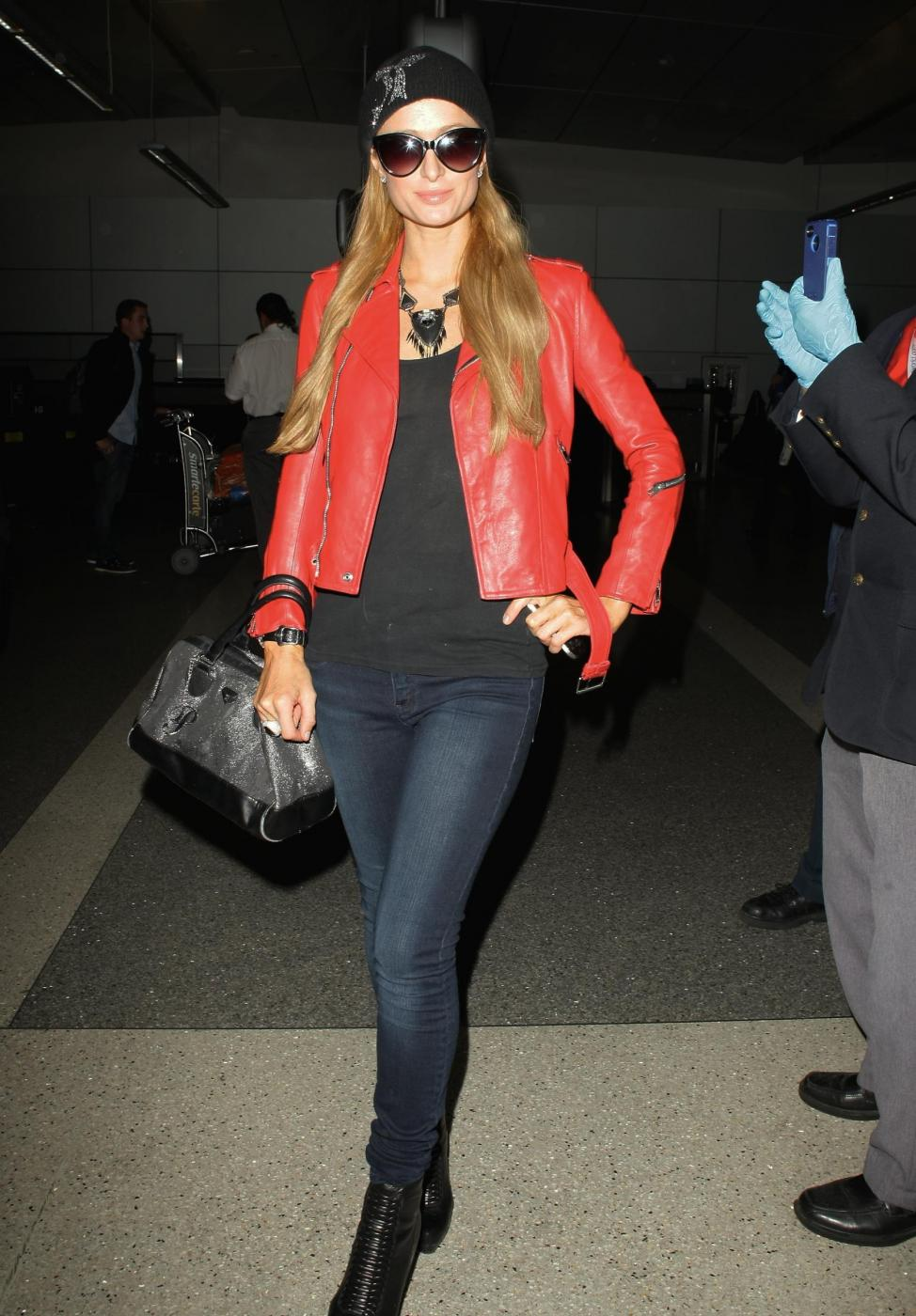 Paris Hilton in giacca di pelle rossa all'aeroporto02