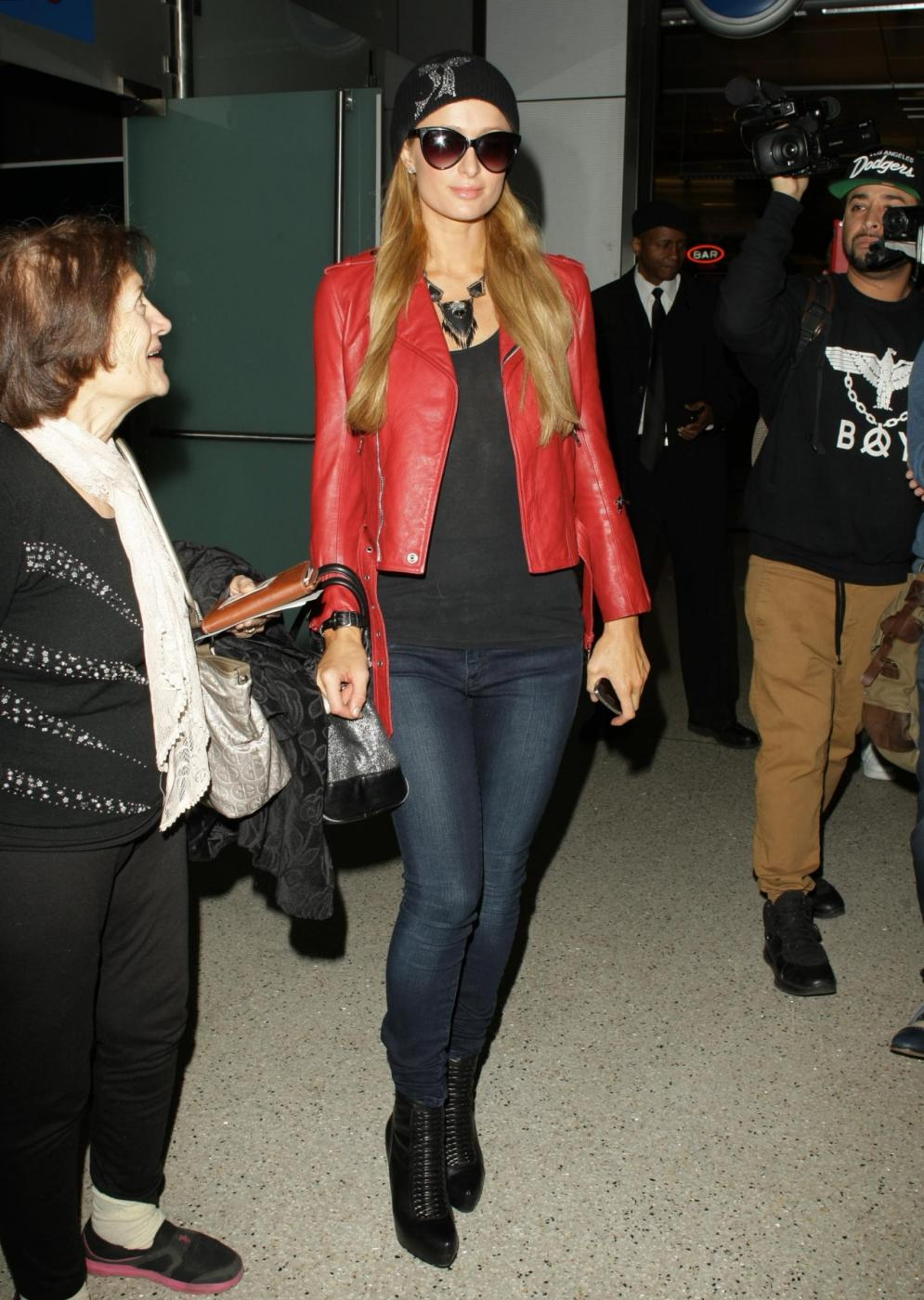 Paris Hilton in giacca di pelle rossa all'aeroporto01