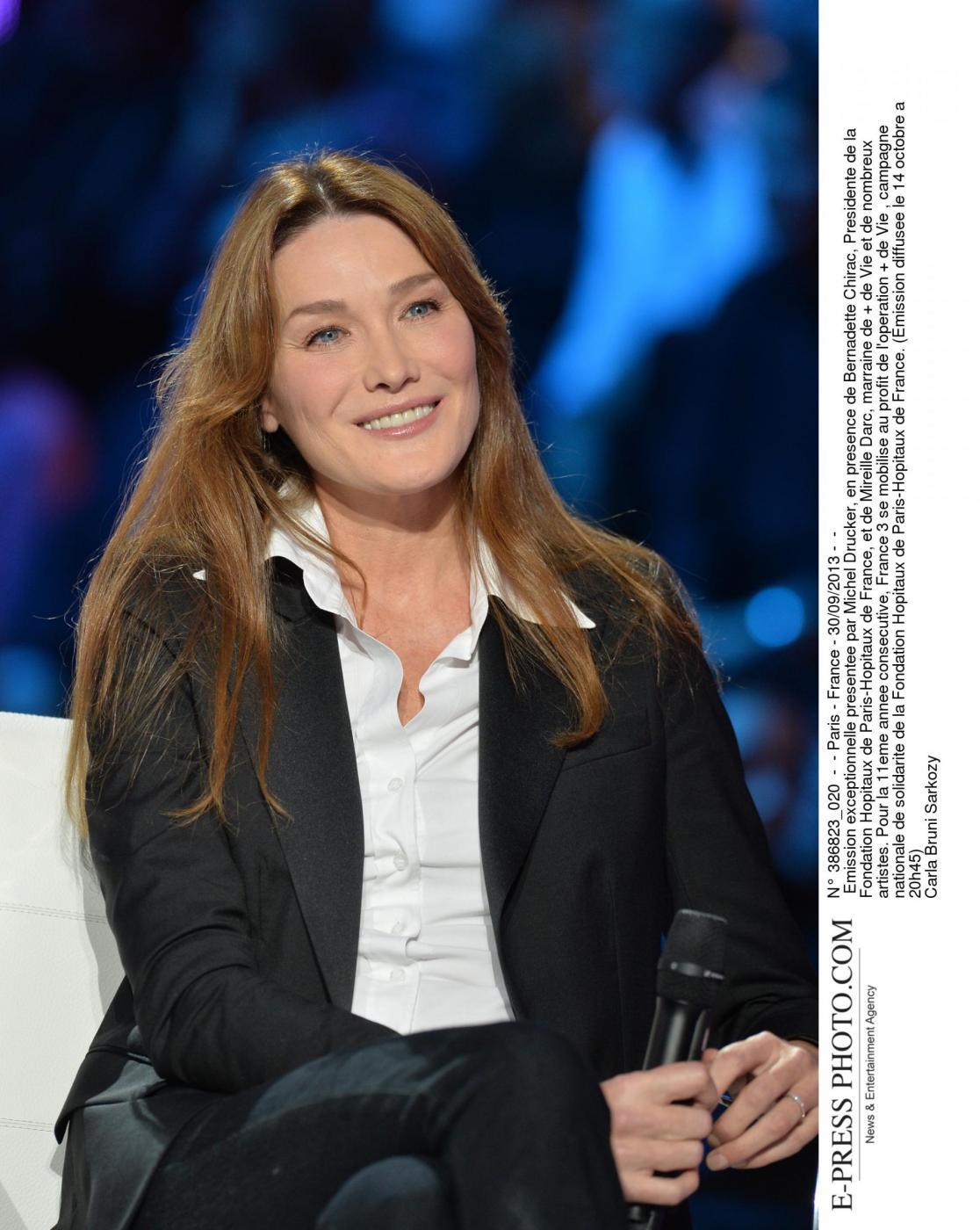 Quando Carla Bruni stregò Fillon apparendo in lingerie per l'Eliseo 02