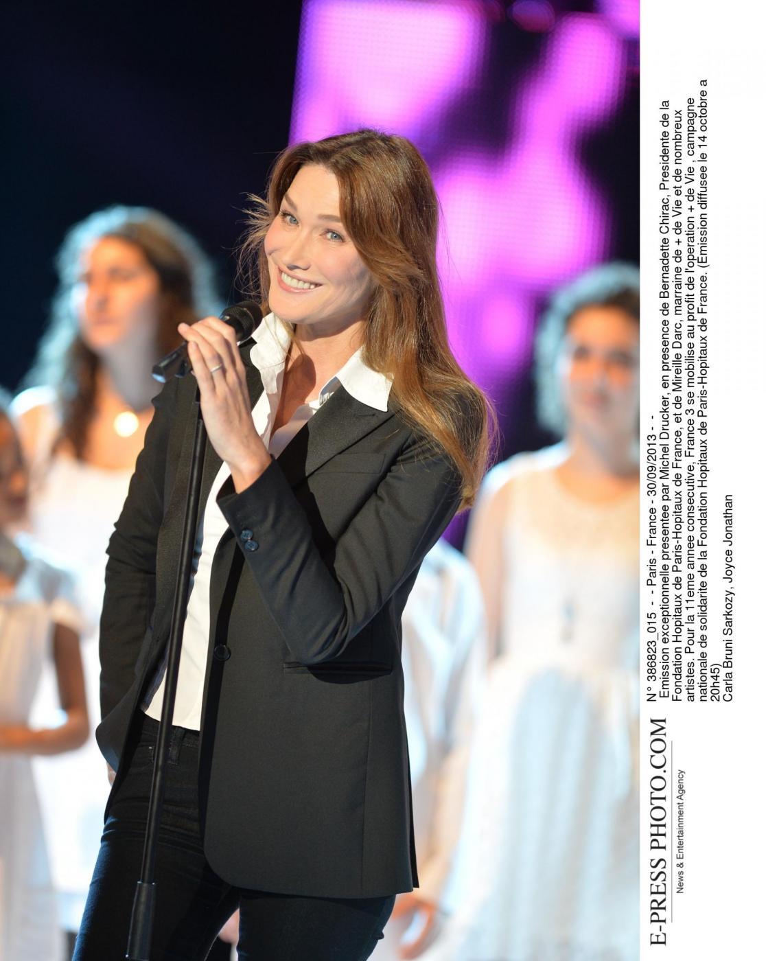 Quando Carla Bruni stregò Fillon apparendo in lingerie per l'Eliseo 01