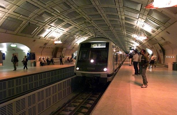 Parigi, i 12 comandamenti del galateo in metrò: 1° Non fissare belle donne...