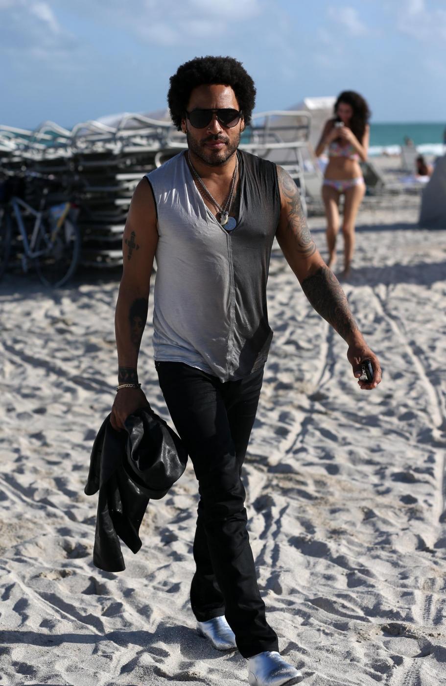 Roberto Cavalli in spiaggia a Miami con Lina Nilson e Lenny Kravitz08