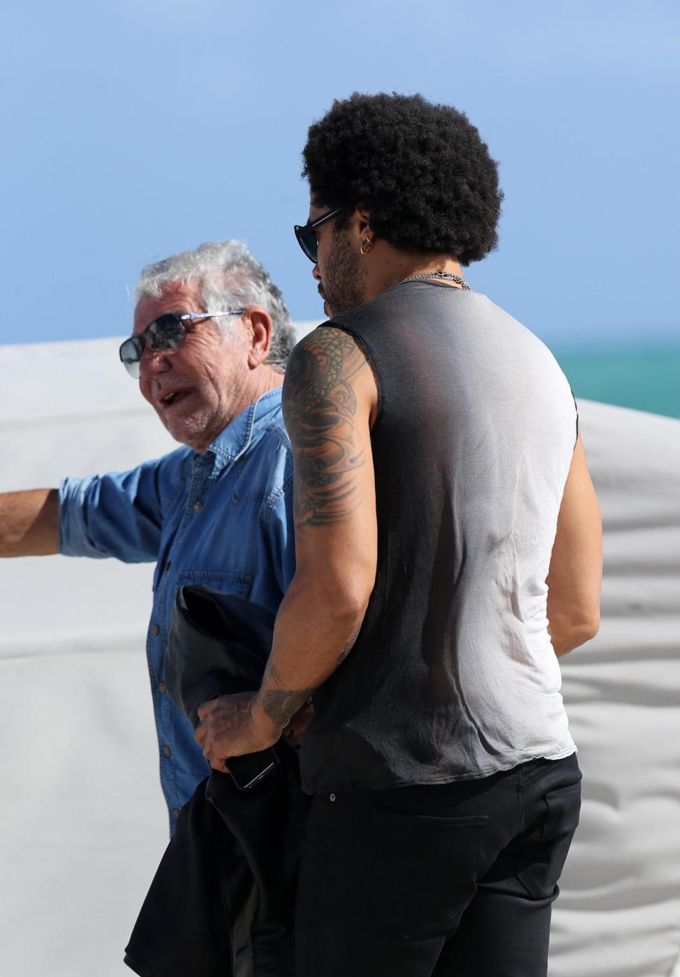 Roberto Cavalli in spiaggia a Miami con Lina Nilson e Lenny Kravitz06