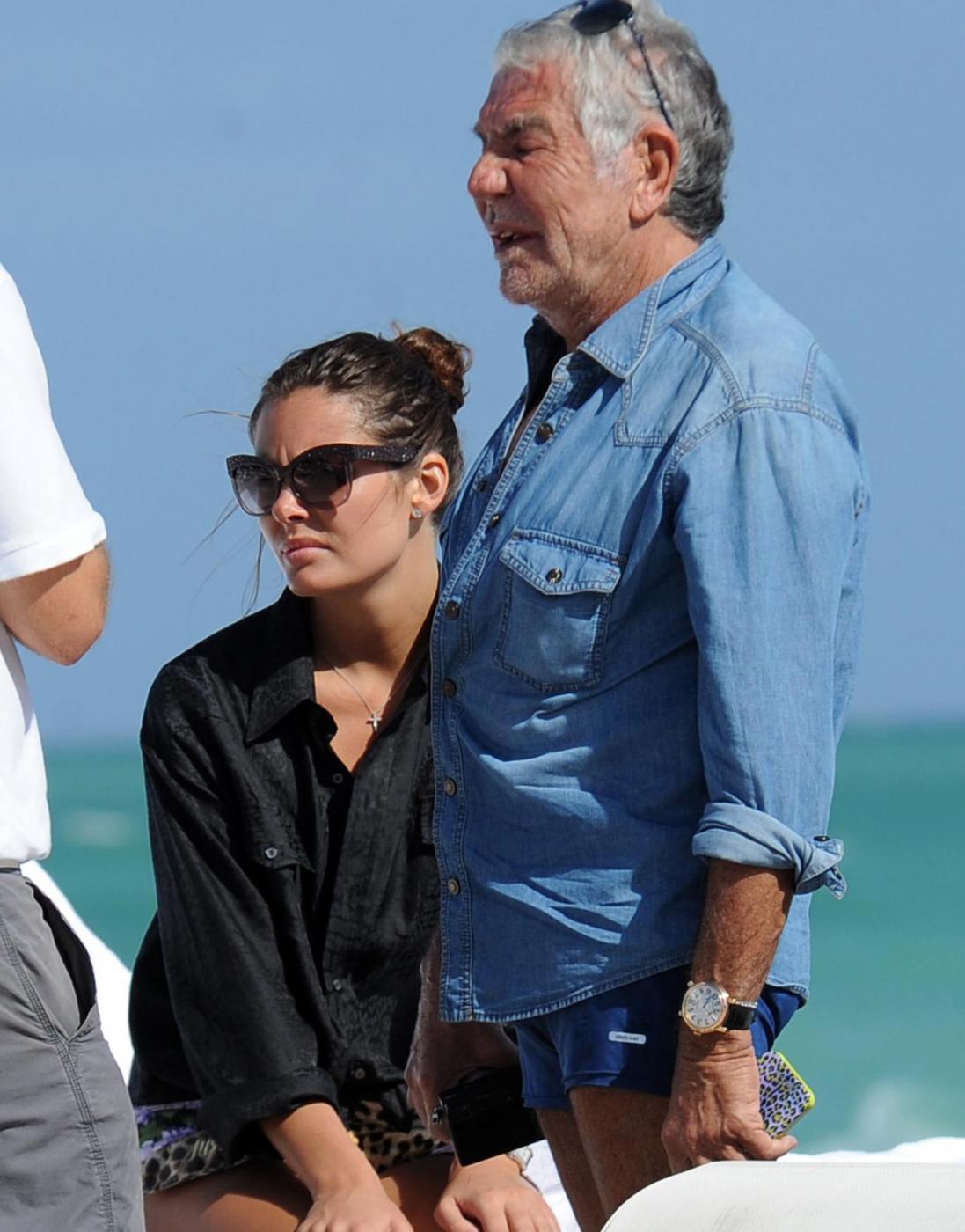 Roberto Cavalli in spiaggia a Miami con Lina Nilson e Lenny Kravitz02
