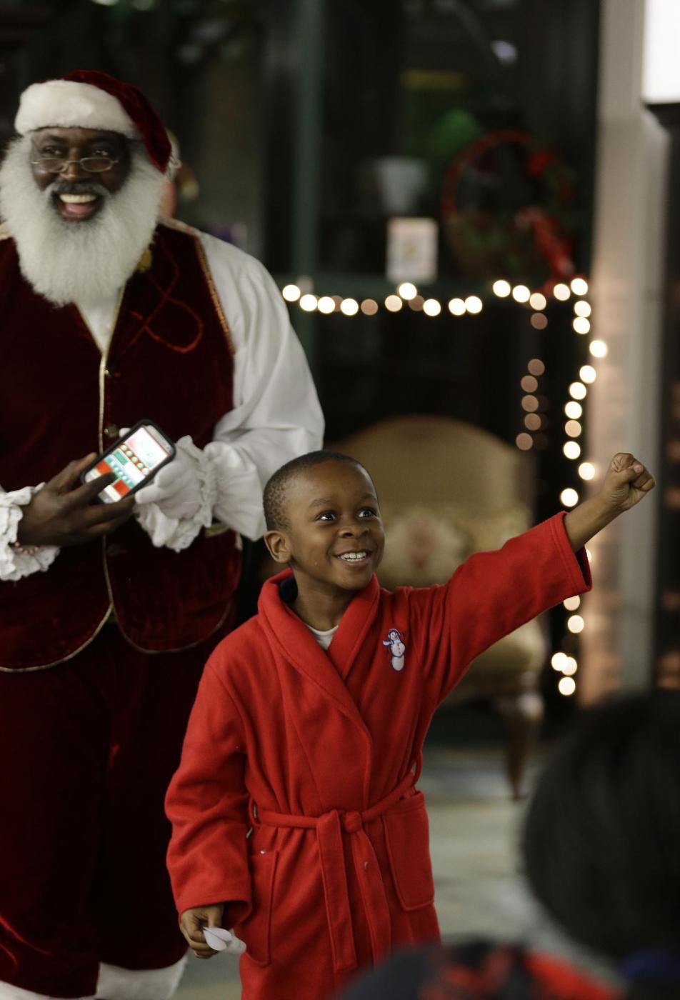 """Usa, il Babbo Natale afro-americano e il """"Tex Mex Claus""""04"""