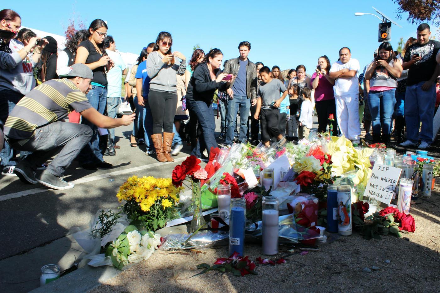Paul Walker, il dolore dei fan: fiori e candele sul luogo della sua morte02