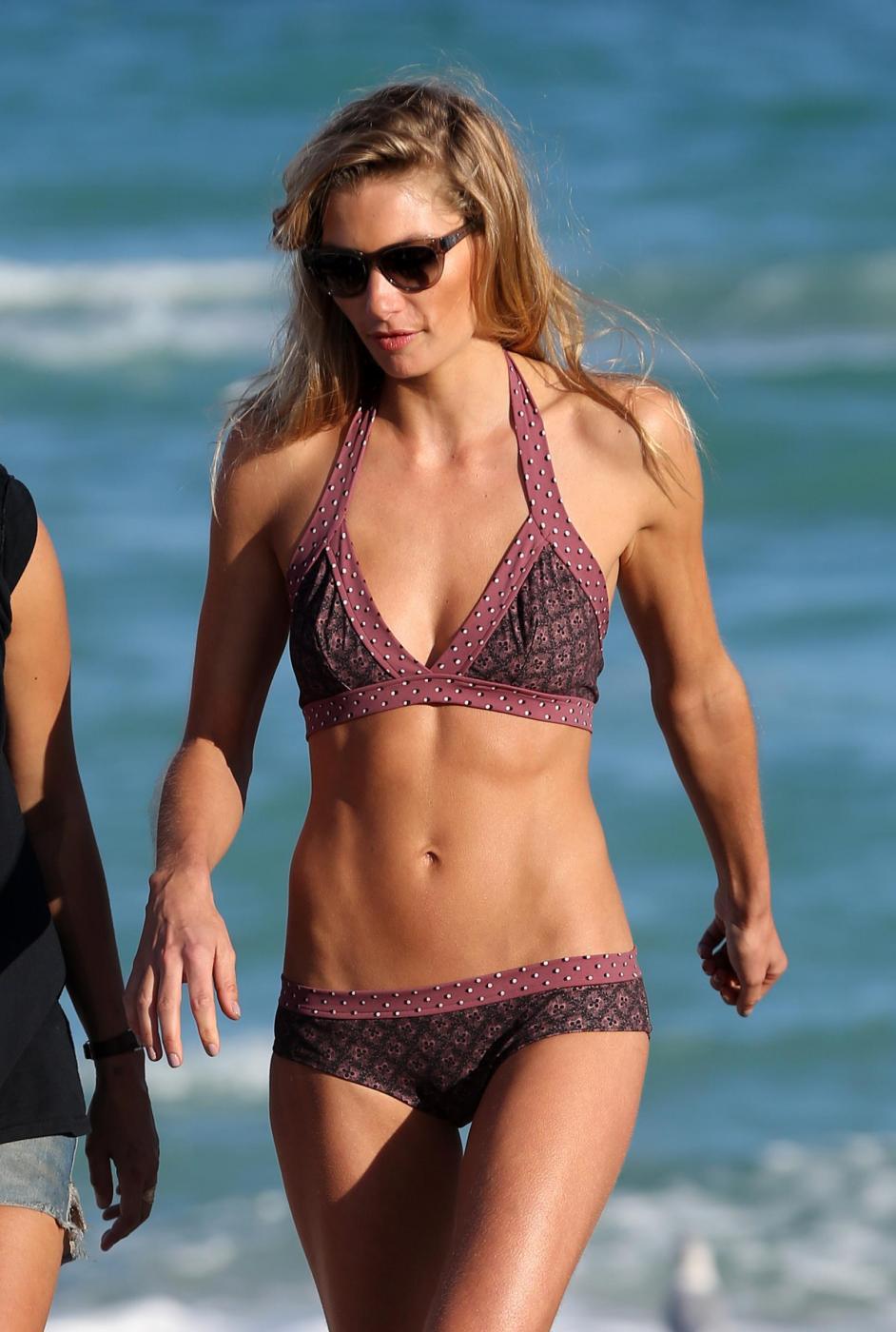 La modella di Victoria 's Secret Jessica Hart posa in bikini02