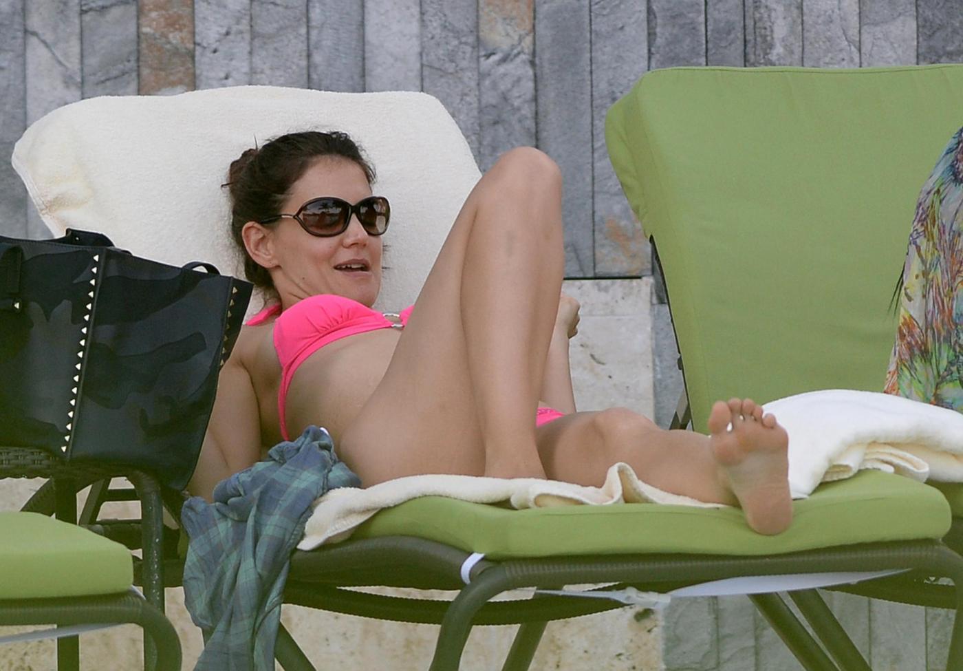 Katie Holmes in bikini: ventre poco tonico e pelle flaccida