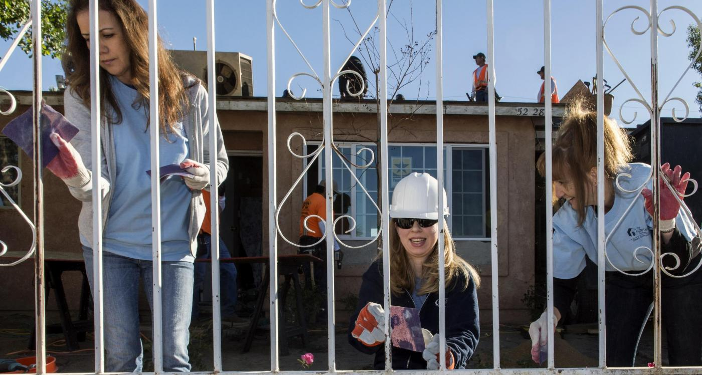 Chelsea Clinton volontaria per l'ambiente in California03