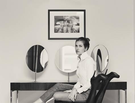 Dasha Zhukova, foto razzista per lady Abramovich, seduta su modella di colore