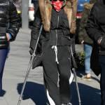 Madonna a spasso per New York con le stampelle03
