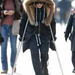 Madonna a spasso per New York con le stampelle05