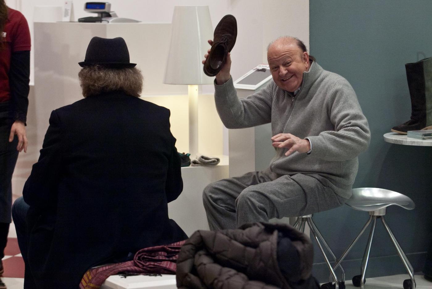 Massimo Boldi compra ciabatte meglio a righe o a tinta unica08