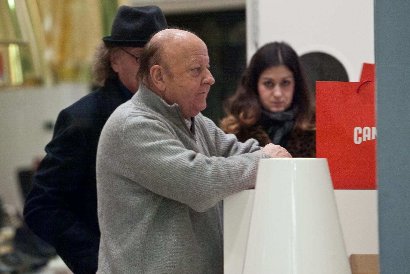 Massimo Boldi compra ciabatte meglio a righe o a tinta unica3