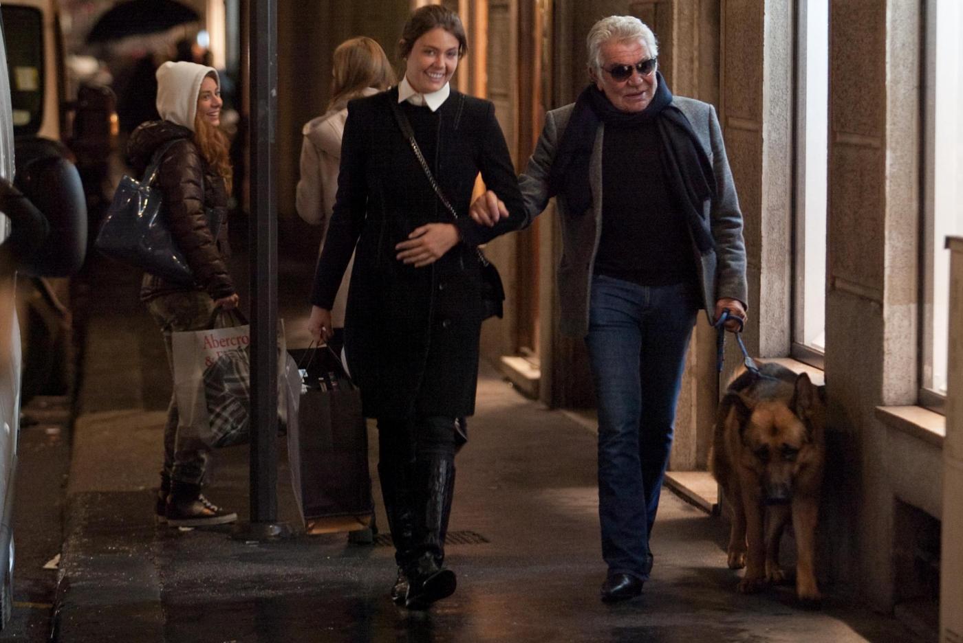 Roberto Cavalli, shopping a via della Spiga con la Lina e Lupo06