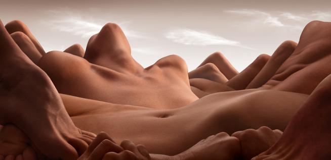 Simmetrie dei corpi umani simulano paesaggi le foto di Carl Warner 05
