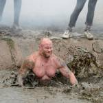 Strisciare nel fango, sfidare fuoco e acqua è la Tough Guy Competition04