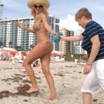Valeria Marini a Miami guarda i pregi e i difetti che mostra il bikini 01