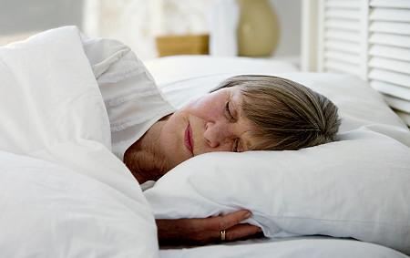 Dormire bene da anziani? Il segreto è la routine (e gli orari fissi)