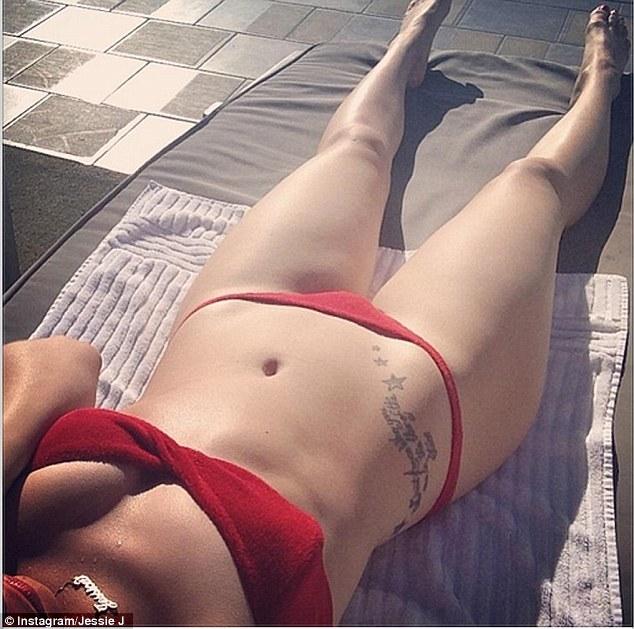 """Jessie J, il """"selfie"""" con il bikini striminzito 02"""