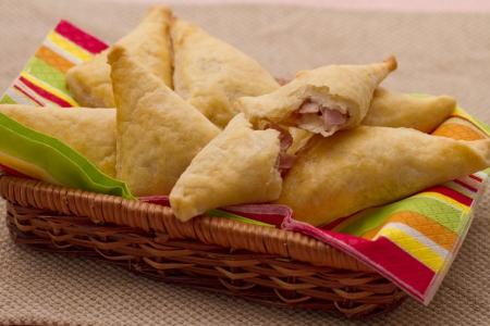 Finger food: triangolini di ricotta con taleggio e pere