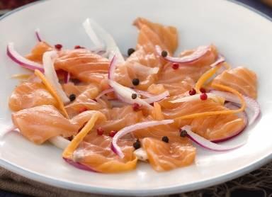 Ricette di pesce: salmone in carpione con julienne di verdure
