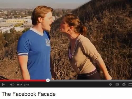 Selfie su Facebook: coppie felici e innamorate. Ma la verità è un'altra