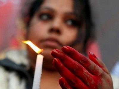 India, femminicidio: ragazza di 12 anni stuprata e bruciata viva