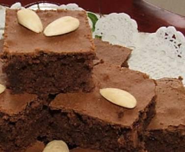 Ricette di dolci: tranci di torta al cacao con mandorle