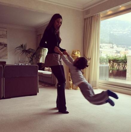Belen Rodriguez, Melissa Satta...: il selfie sbircia nelle case dei vip