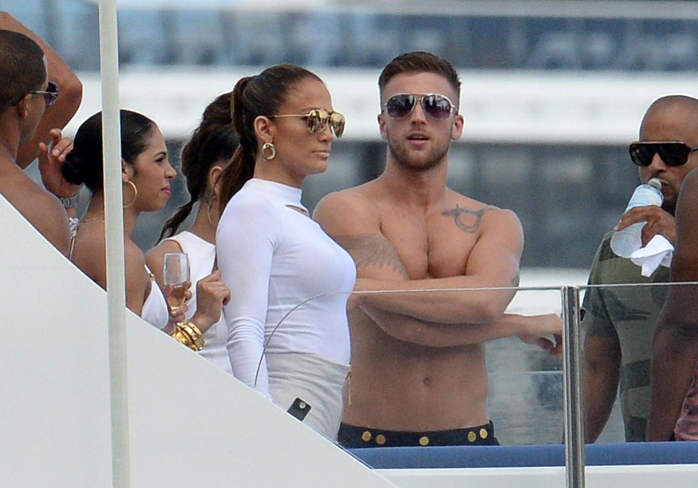 Jennifer Lopez Looks Sexy In White Hot Pants While Filming A Music Video In Miami Jennifer Lopez su uno yacht di lusso a Miami06