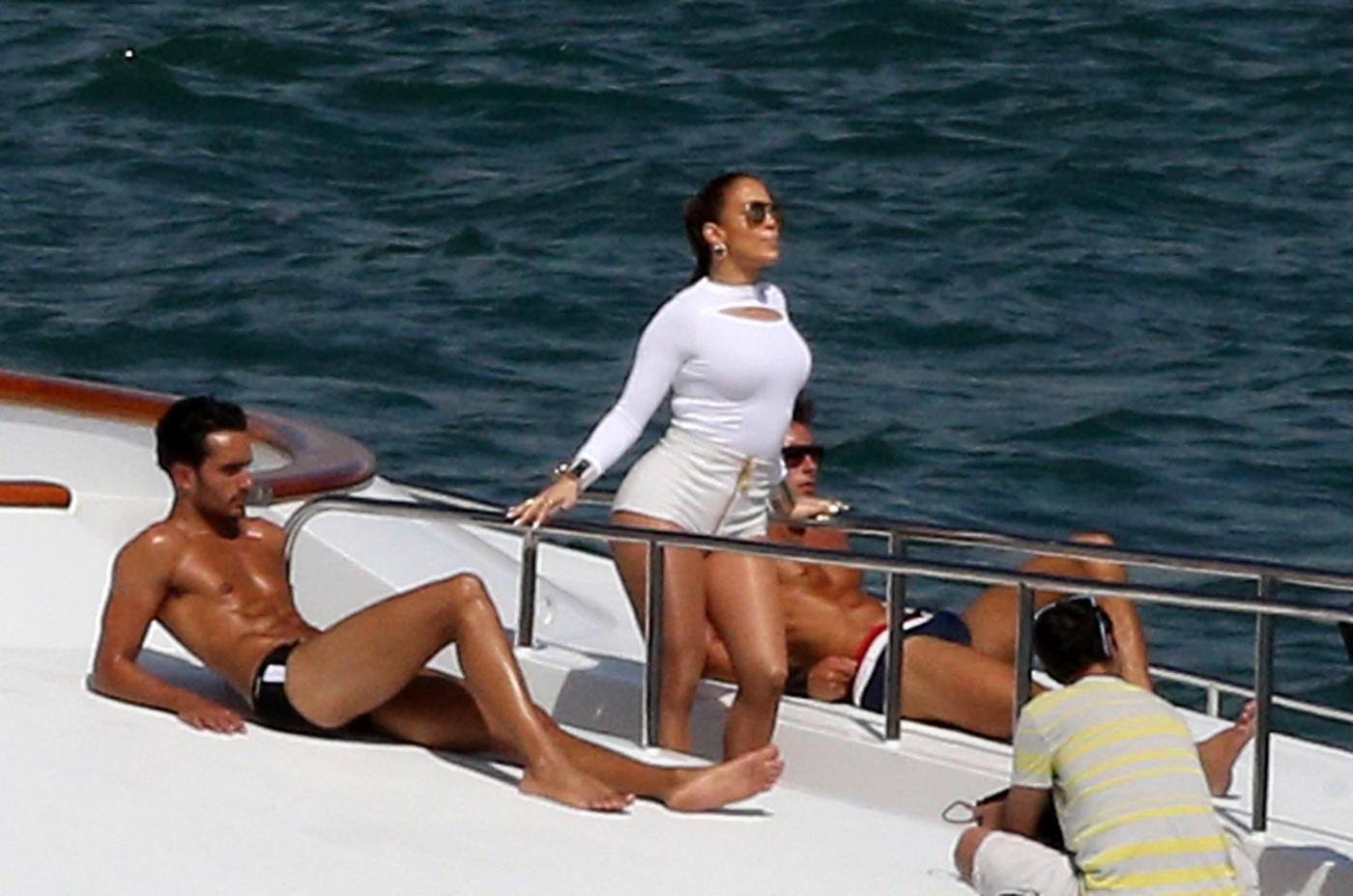 Jennifer Lopez Looks Sexy In White Hot Pants While Filming A Music Video In Miami Jennifer Lopez su uno yacht di lusso a Miami05