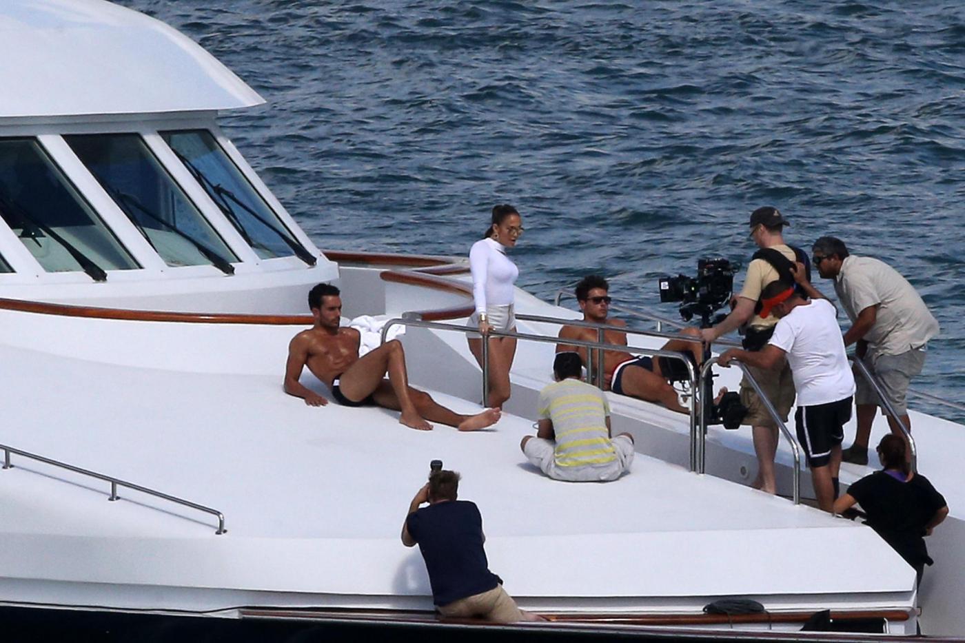 Jennifer Lopez Looks Sexy In White Hot Pants While Filming A Music Video In Miami Jennifer Lopez su uno yacht di lusso a Miami04