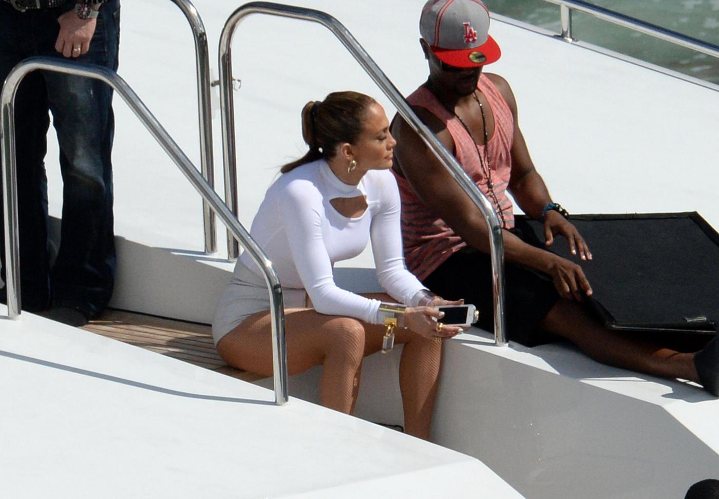 Jennifer Lopez sullo yacht con Casper Smart e sul set con Ricky Martin01