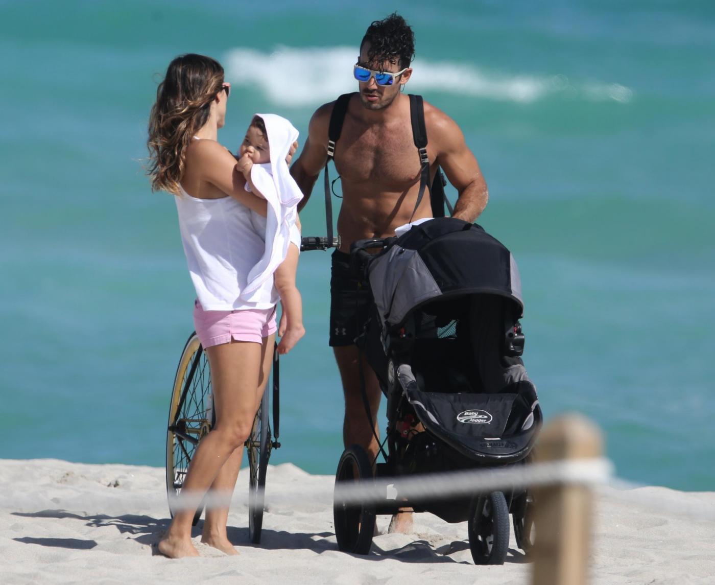 Lola Ponce e Aaron Diaz in spiaggia a Miami02