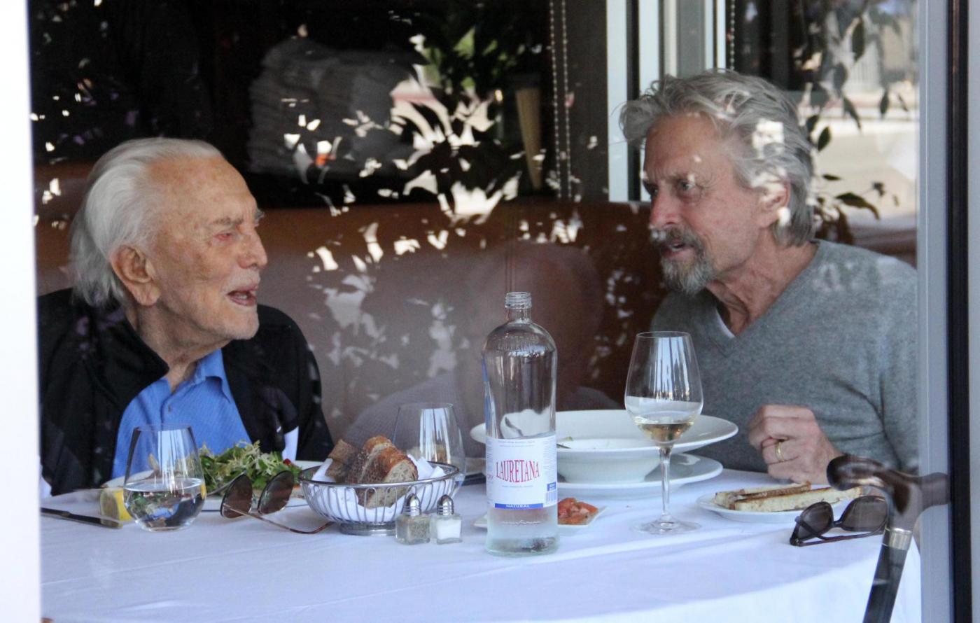 Michael e Kirk Douglas a pranzo insieme05