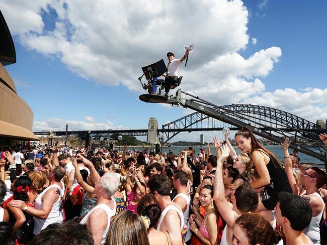 Mega flash mob a Sydney: centinaia di coppie ballano in piazza